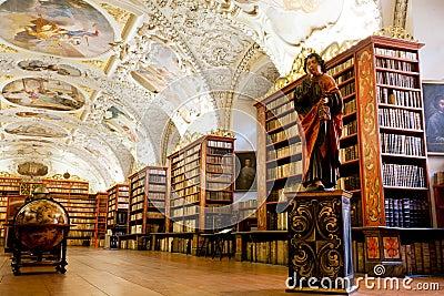 Vele oude boeken in de bibliotheek Redactionele Foto