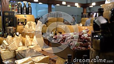 Vele stukken van kaas en salami op de teller stock videobeelden