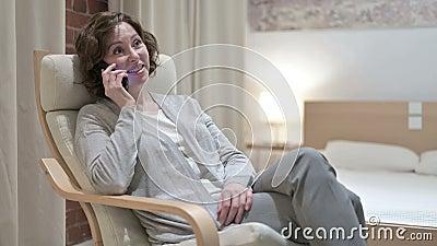 Velhinha animada falando no smartphone em Sofa filme