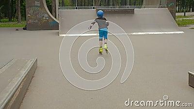 Velocidade do equipamento de proteção do menino do passatempo de Rollerblading vídeos de arquivo