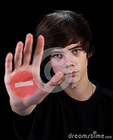 Vem não mais adicional - o menino do adolescente com sinal na mão