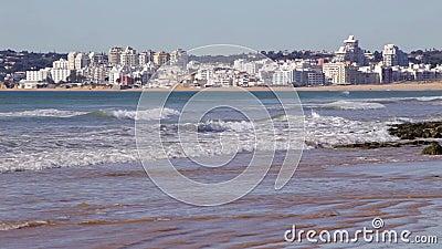 Vendaval da praia de Albufeira que negligencia a cidade de Armacao de Pera vídeos de arquivo