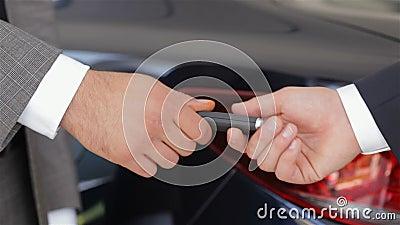 Vendedor que dá a chave do carro novo vídeos de arquivo