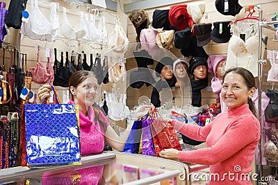 Vendedor y comprador con las compras en el contador