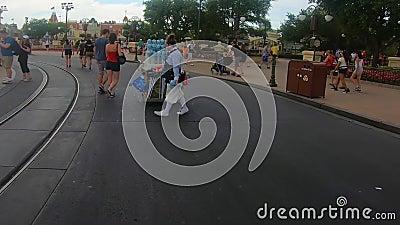 Vendedora de Disney, andando e dan?ando com bolha no reino m?gico vídeos de arquivo
