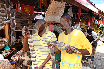 Vendeurs d épice montrant des marchandises en Afrique Image éditorial
