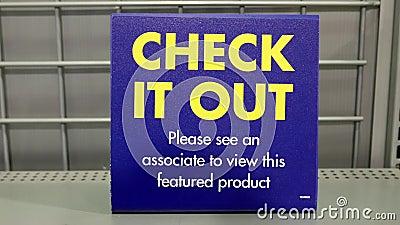Vendita nera di venerdì di Best Buy con il controllo che fuori firma archivi video