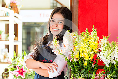 Venditora asiatica in un negozio di fiore