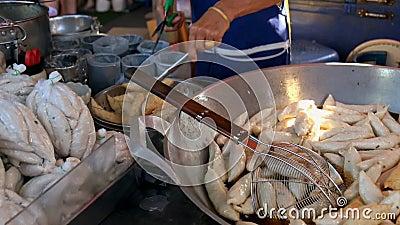 Vendor frittierte Fischbäller zum Verkauf in Bangkok, Thailand stock footage