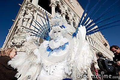 VENECIA, ITALIA - 16 DE FEBRERO: Máscara veneciana Fotografía editorial