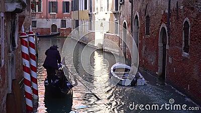 Venedig, gondola flyter på en smal kanal motorbåt arkivfilmer