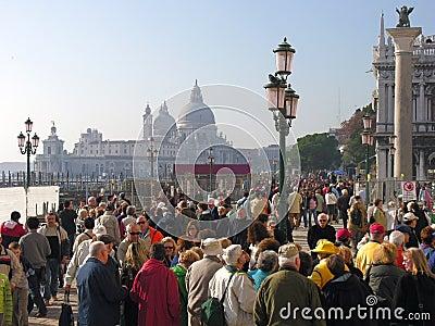 Venetië: vierkant, kanaal, lantaarnpalen, pijlers, menigte Redactionele Stock Foto