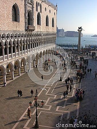 Venetië: vierkant, kanaal, lantaarnpalen, pijler, toeristen Redactionele Stock Foto