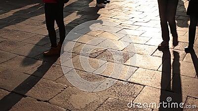 Veneza, Itália, pessoas caminham pela praça da cidade filme