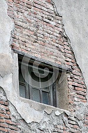 Venster op gesloopte muur