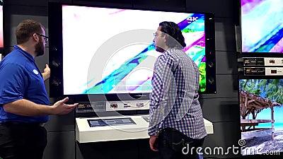 Venta del San Esteban de Best Buy con el comprador que pide la promoción de la TV almacen de metraje de vídeo