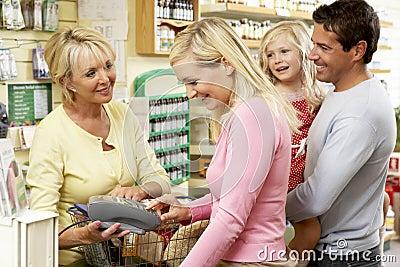 Ventas femeninas auxiliares en almacén de la comida sana