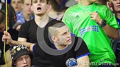 Ventiladores no estádio durante a partida Movimento lento Olimpiyskiy Kiev Ucrânia video estoque