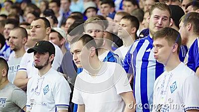 Ventiladores no estádio durante a partida Movimento lento Olimpiyskiy Kiev Ucrânia filme