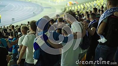 Ventiladores no estádio durante a partida Movimento lento Olimpiyskiy Kiev Ucrânia vídeos de arquivo