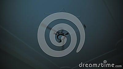 Ventilateur ?lectrique dans la chambre la nuit banque de vidéos