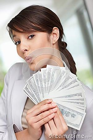 Ventilatore della holding della giovane donna dei dollari americani