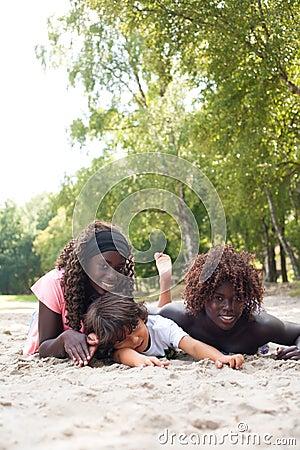 Verão com as crianças étnicas