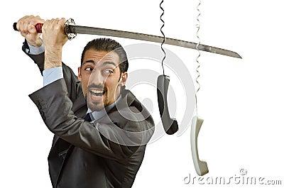 Verärgerter Geschäftsmann, der den Seilzug schneidet
