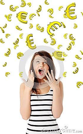 Verbaasde jonge vrouw die bij het vallen onderaan euro kijkt