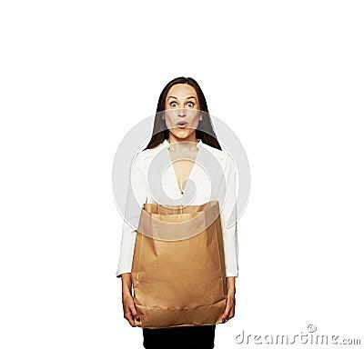 Verbaasde jonge vrouw met zak