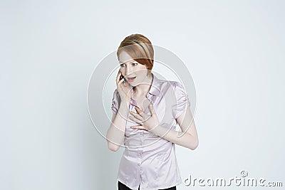 Verbaasde Jonge Vrouwelijke Gebruikende Celtelefoon