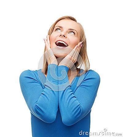 Verbaasde lachende jonge vrouw