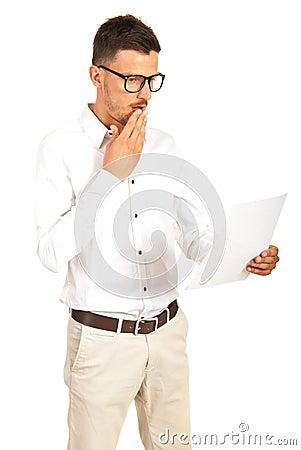 Verbaasde mens die een document lezen