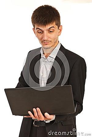 Verbaasde stafmedewerker met laptop