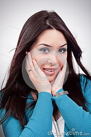 Verbaasde uitdrukking op jong vrouwengezicht