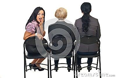Verbaasde vrouw bij presentatie
