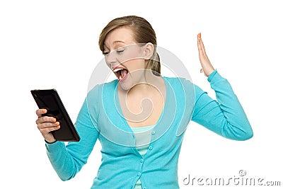 Verbaasde vrouw die digitale tablet houdt