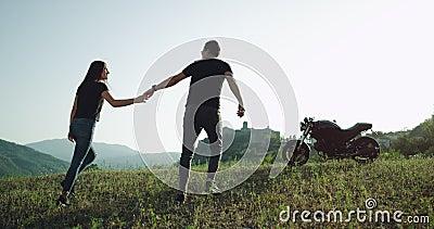 In verbazend mooi landschap kwam het jonge paar met hun motorfiets aan en het onderzoeken van de plaats in een de zomer hete dag stock footage