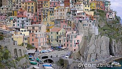 Verbazende kleine mediterrane stad op klip dichtbij overzeese kust in dag, mooie multicolored huizen en kleine boten stock videobeelden
