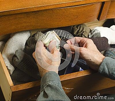 Verbergend contant geld in sok