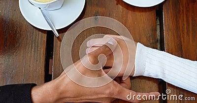 Verbinden Sie Händchenhalten in der Cafeteria 4k stock video footage