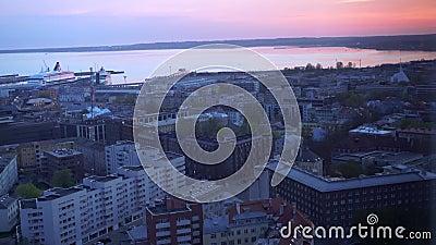 Verbluffende weergave van de ontwakende stad op de baai Roze dageraad, paars huizen, schepen, auto's beginnen te bewegen stock footage