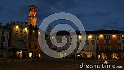 VERCELLI, ITÁLIA - EM FEVEREIRO DE 2017: O quadrado central de Cavour Cavour da praça com a torre do ` s de Angelo Angel do ` do  filme