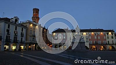 VERCELLI, ITALIEN - FEBRUAR 2017: Das zentrale Quadrat Marktplatz Cavour Cavour mit dem Angelo Angel-` s ` Torre-engen Tals Turm  stock video footage
