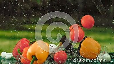 Verduras de la caída en la tabla almacen de metraje de vídeo