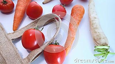Verdure fresche che fuoriescono dal sacchetto della spesa, vista dall'alto archivi video