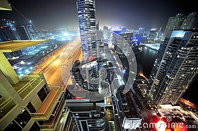 Verenigde Arabische emiraten: de horizon van Doubai bij nacht