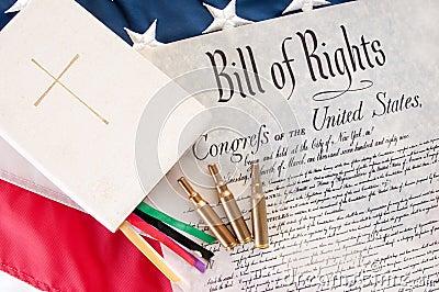 Verfassungsurkunde durch Bibel und Gewehrkugeln