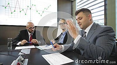 Vergadering van de leiders en de directeuren van het bedrijf op een gesloten conferentie in langzame motie stock video