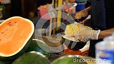 Verkäufer säubert die Ananas hinter den Zähler mit einem Messer Asiatische Straßennahrung thailand stock video